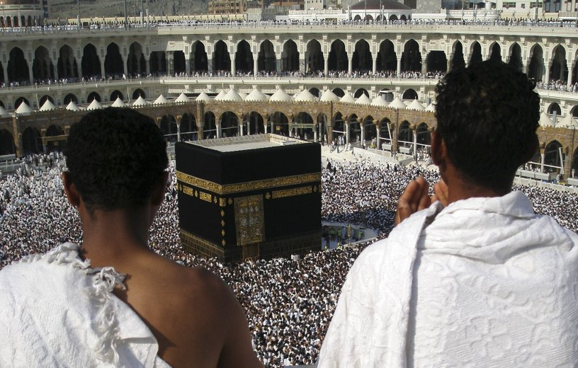 Muslim pilgrims praying at the Kabah, the House of God, in Makkah (c) IB Times